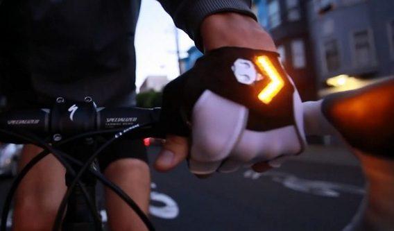 Arrivano i guanti con le frecce per pedalare in sicurezza