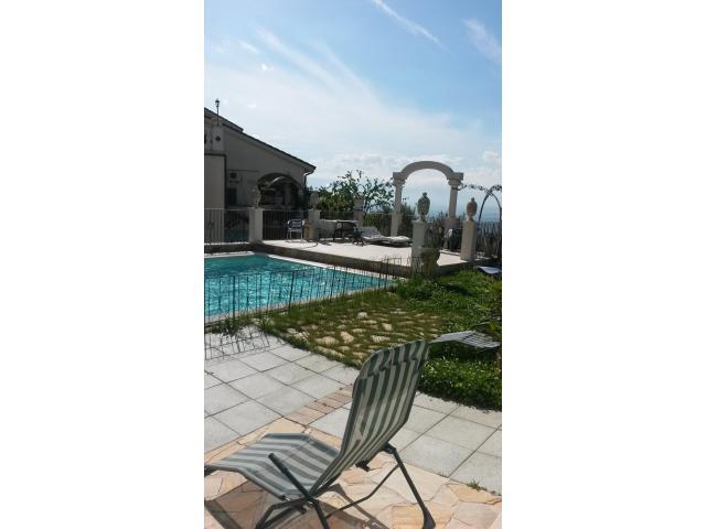 relax bordo piscina panoramica dopo una giornata in bicicletta
